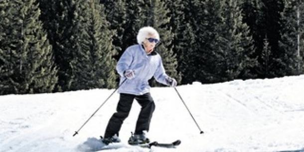 Usai Tua Tak Halangi Wanita Ini Main Ski